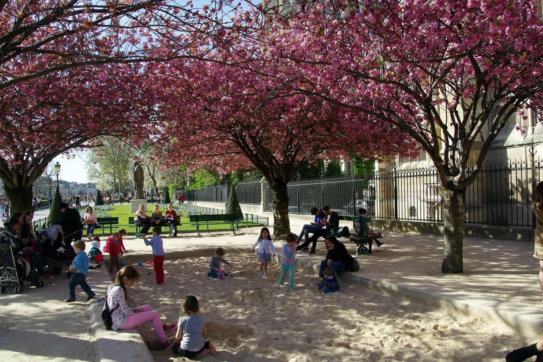 Foto von Kindern, die in einem Pariser Park im Frühling spielen.