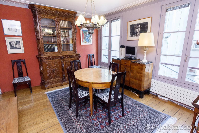 Bild des Essbereichs von PA-3968 mit Tisch, Stühlen und Möbel im antiken Stil.