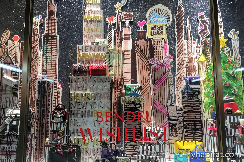 Foto des Schaufensters von Henri Bendel im Jahr 2018 mit der aus Hutschachteln konstruierten Skyline von New York.