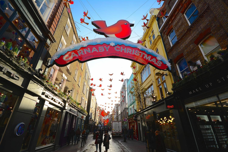 Foto der weihnachtlich dekorierten Carnaby Street in London.