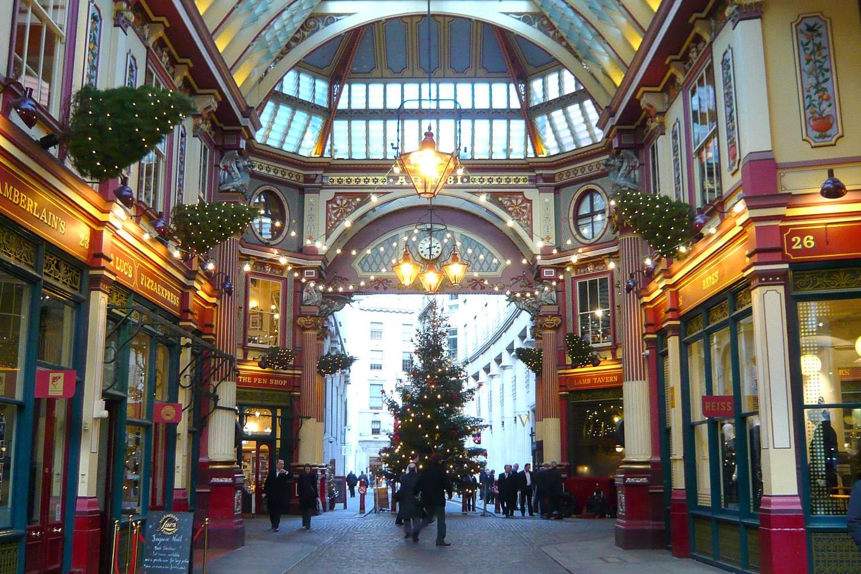 Foto des weihnachtlich mit Lichtern und Weihnachtsbäumen geschmückten Leadenhall Markets.