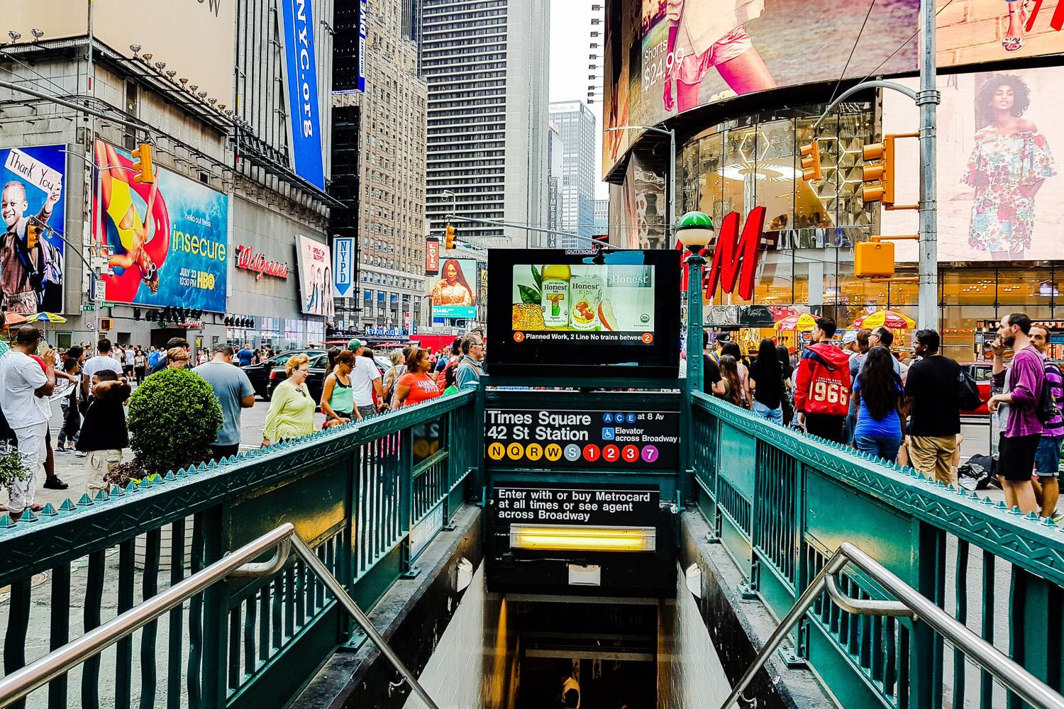 Foto des Eingangs zum Times Square - 42nd Street Station am Times Square, New York City.
