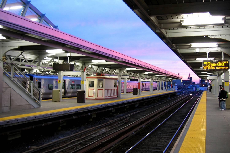 Foto von Menschen, die auf der Plattform der Jamaica Station in Queens auf die Long Island Rail Road warten.