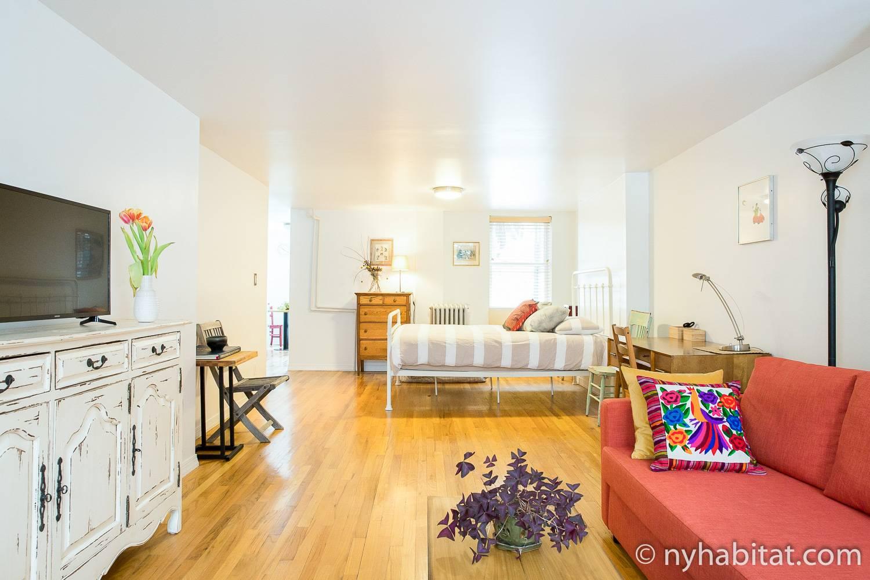 Bild des Wohnbereichs in NY-17335 mit Sofa, Beistelltisch und Bett.