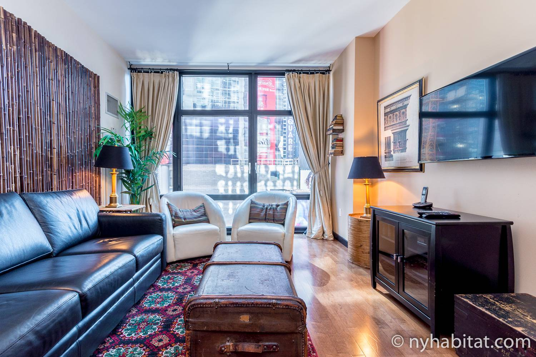 Bild des Wohnbereichs von NY-14951 mit Sofa, Sessel und Fenster.