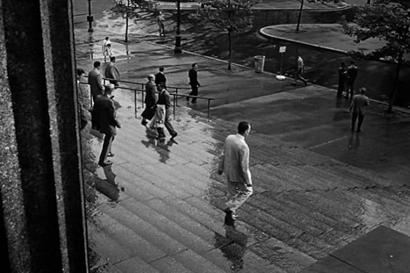 Standbild von Peter Fonda, der die Treppen des Gerichtshofes am Ende von Die zwölf Geschworenen runter läuft