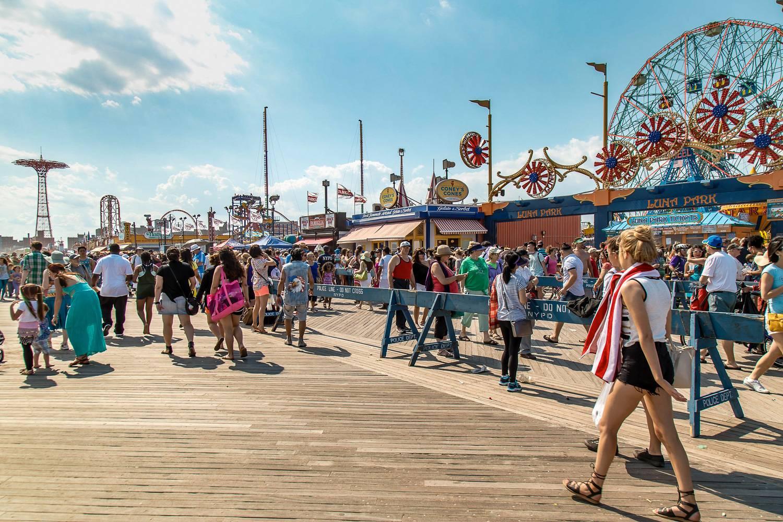 Abbildung der Menschenmassen auf der Coney Island Uferpromenade.