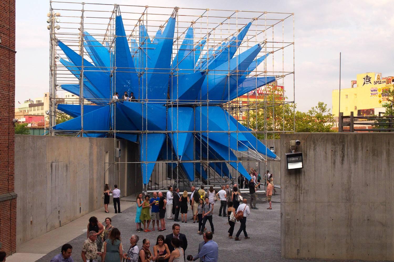 Abbildung eines Dachs im MoMA PS1 mit blauer Skulptur.