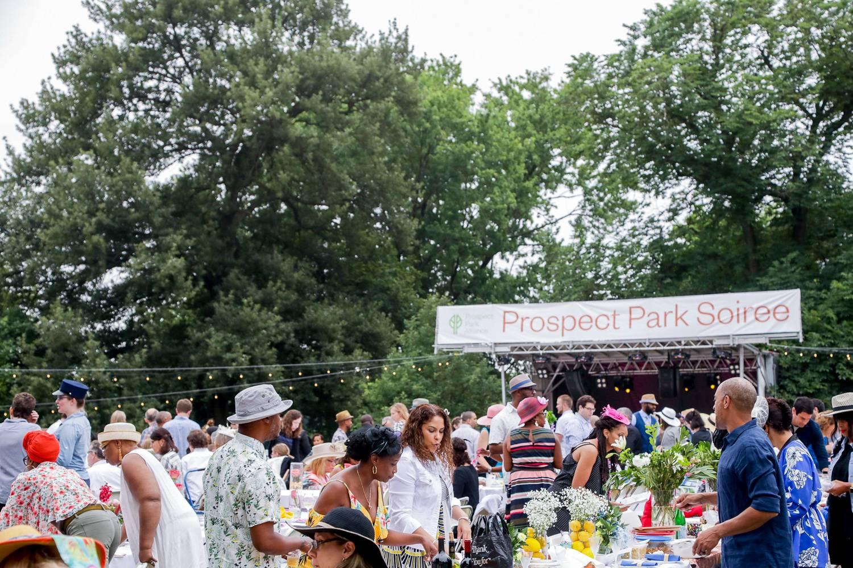 Abbildung von Gästen bei der Prospect Park Soirée im Sommer.