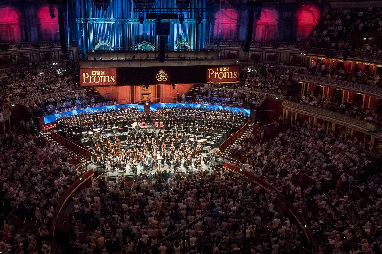 Bild des Inneren der Royal Albert Hall am Abend eines BBC Proms-Konzertes.