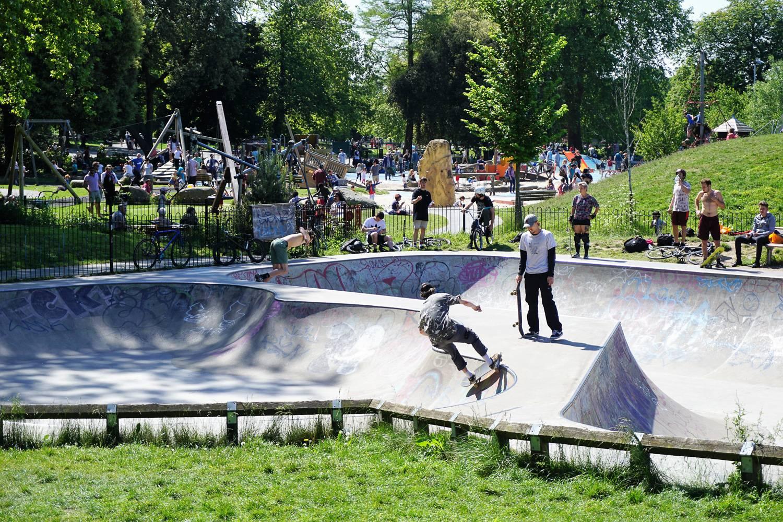 Bild von Skateboardern an einem Sommertag im Skatepark des Clissold Parks, Hackney.