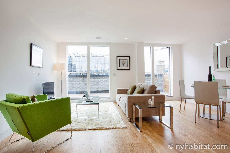 Bild des Wohnbereichs in LN-1492 mit Sofa, Sessel und Esstisch mit Stühlen.