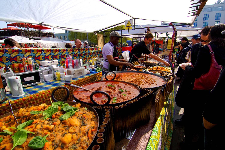 Bild eines Street-Food-Standes, an dem westafrikanisches Essen verkauft wird.