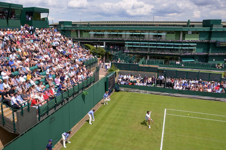 Bild eines Tennisspiels mit Zuschauern am Court 18 in Wimbledon.