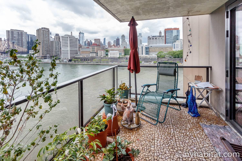 Foto des Balkons in NY-14708 mit Blick auf den East River.