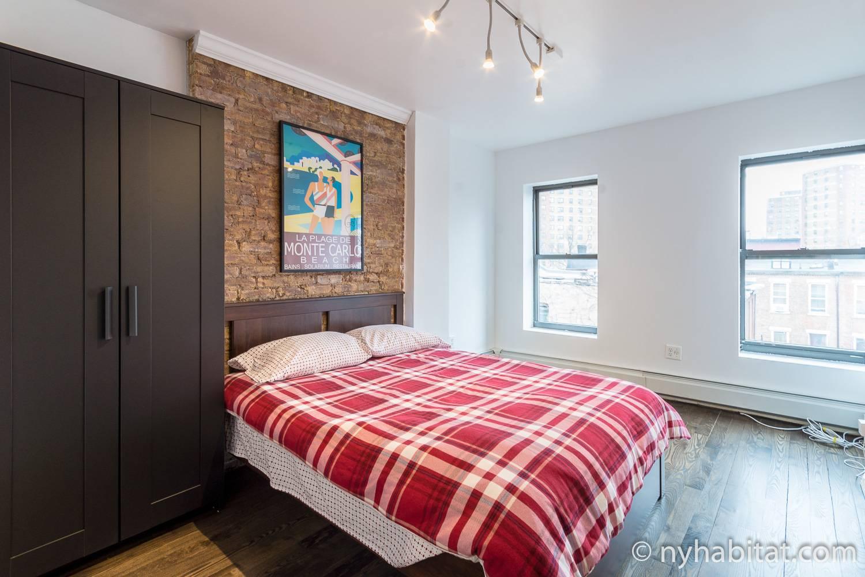 Foto des Schlafzimmers in NY-14939 mit Doppelbett und Schrank.