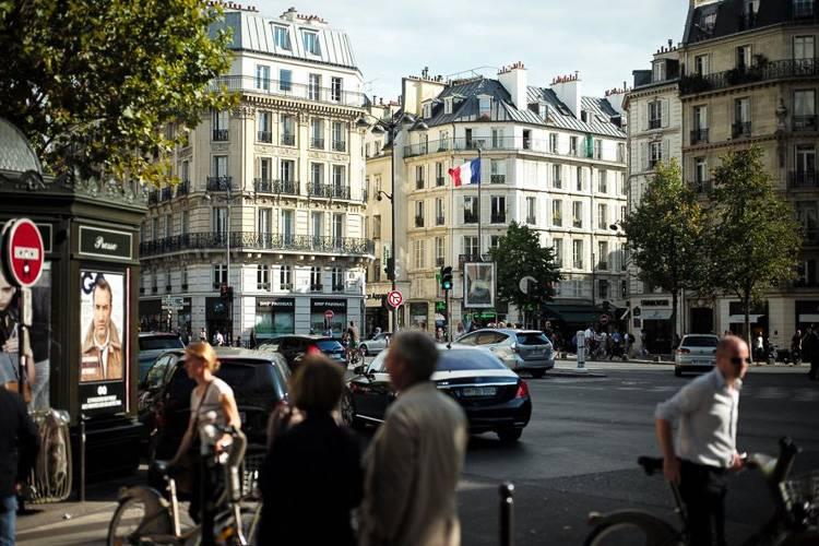 Bild einer Straßenszene im 6. Arrondissement von Paris mit Fußgängern und Haussmannschen Gebäuden