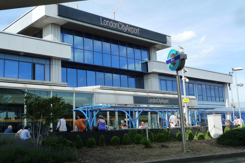 Bild der Außenseite des London City Airport.
