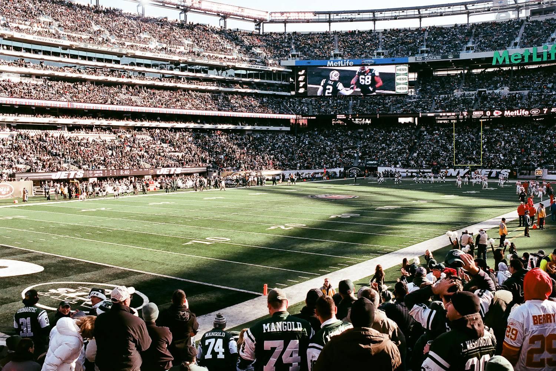 Bild des MetLife Stadium von den Zuschauerplätzen aus während eines New York Jets-Spiels.