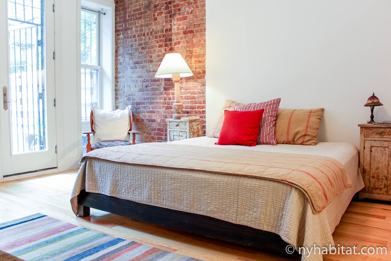 Bild des Schlafzimmers in NY-14482 mit Doppelbett.