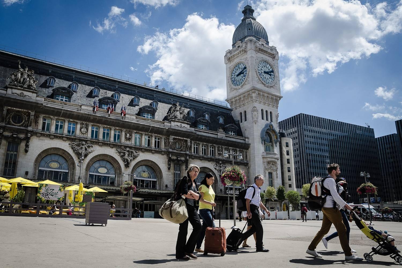 Außenansicht des Gare de Lyon an einem sonnigen Tag.