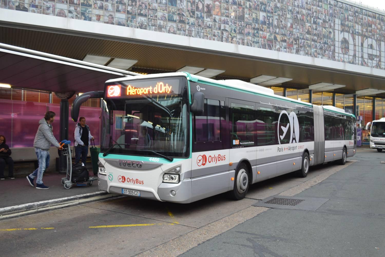 Bild eines Orlybusses, der Passagiere am Straßenrand des Flughafens Orly abholt.