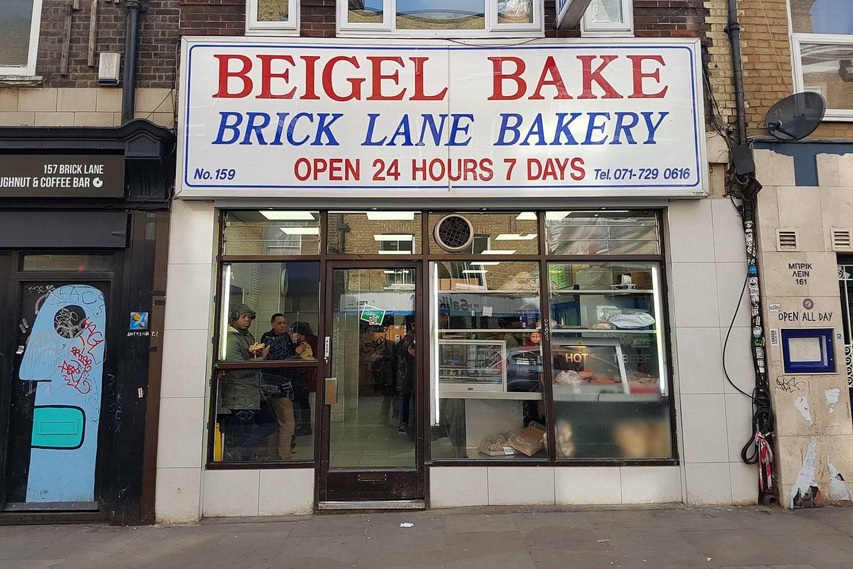 Ein Foto einer klassischen Londoner Bäckerei, die für ihre herzhaften Bagelsandwiches bekannt ist.