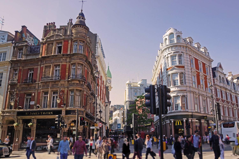 Ein Bild einer Straßenecke mit einzigartiger Architektur tagsüber in Soho, London.