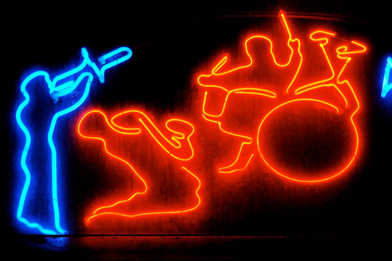 Ein Bild einer Leuchtreklame, in der Jazzmusiker gezeigt werden, wie sie ihre Instrumente spielen.