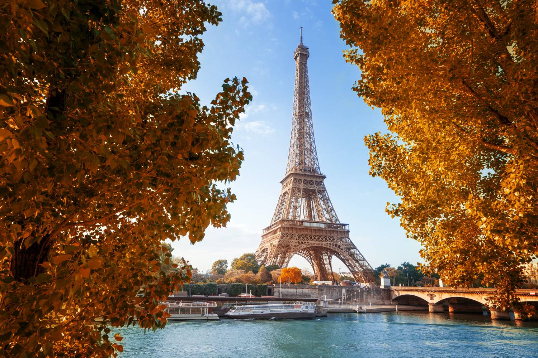Ein Bild mit Blick auf den Eiffelturm und die warmen, lebendigen Farben von Paris im Herbst.