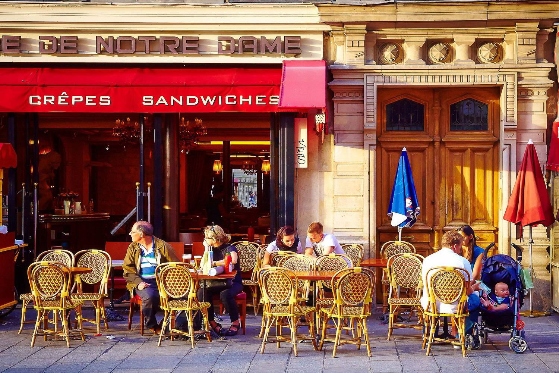 Ein Bild eines populären Café-Zielortes in Paris, Frankreich bekannt für seine Buttercroissants und starken Espresso.