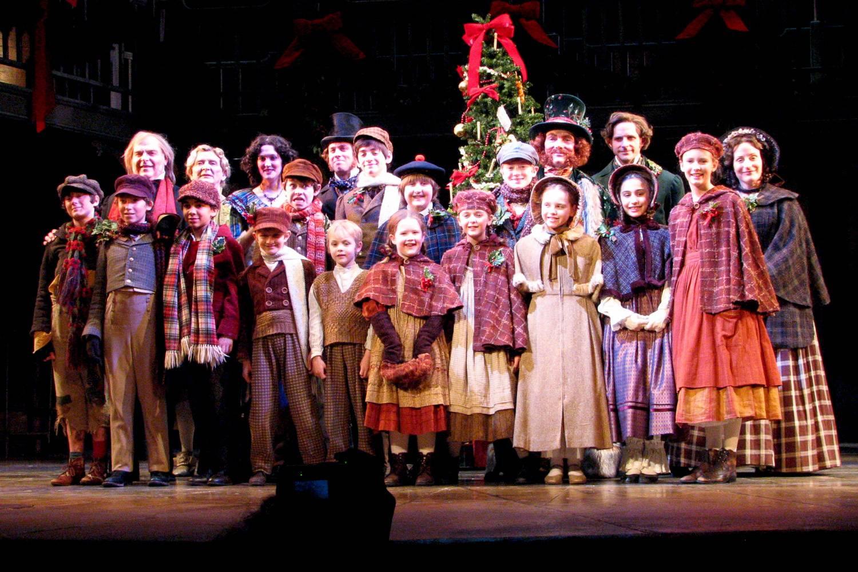 Ein Bild einer Gruppe von Schauspielern, die A Christmas Carol aufführen.