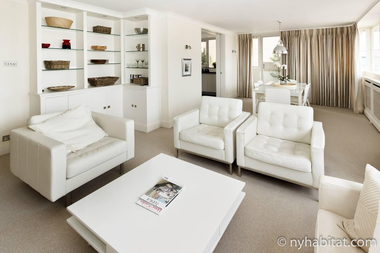 Ein Bild von weißen Lederstühlen, einem Kaffeetisch und modernen sauberen Dekorationen. (Wohnungsnr.: LN-1953)