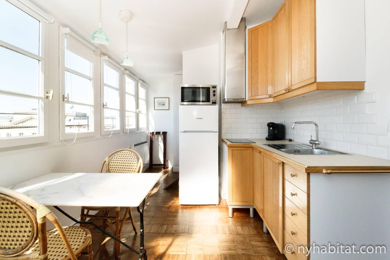 Bild der Küche von PA-2473 mit Esstisch und Stühlen.