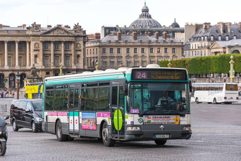 Bild eines Pariser RATP-Busses der Linie 24, welcher durch die Stadt fährt.