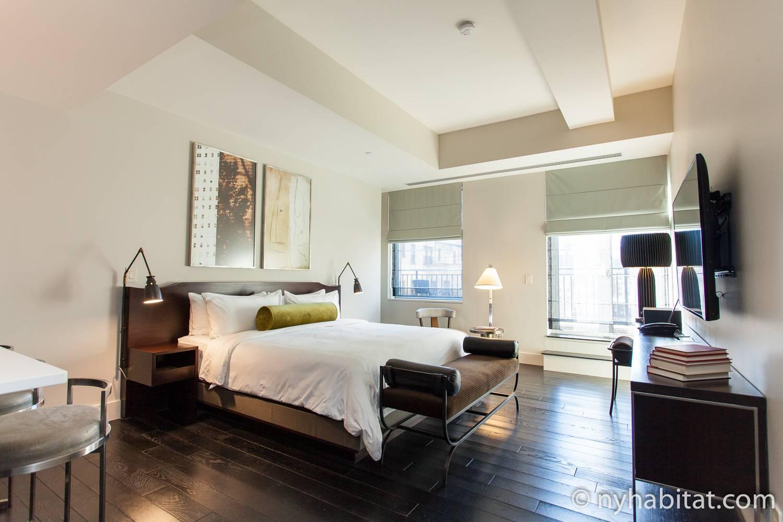 Abbildung einer eleganten Studio-Ferienwohnung NY-16716 in Murray Hill ausgestattet mit einem King-Size-Bett und einem Flachbildfernseher.