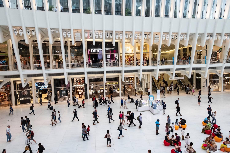 Abbildung von laufenden Menschen im geschäftigen Erdgeschoss des Westfield World Trade Centers.