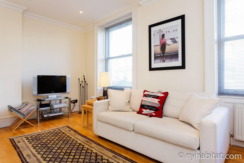 Bild des Wohnbereiches von LN-1968 in Marylebone mit weißem Sofa und Fernseher.
