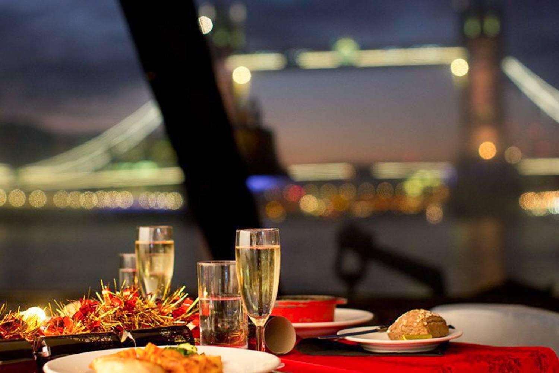 Abbildung eines romantischen Abendessens bei einer Bootsfahrt in London.