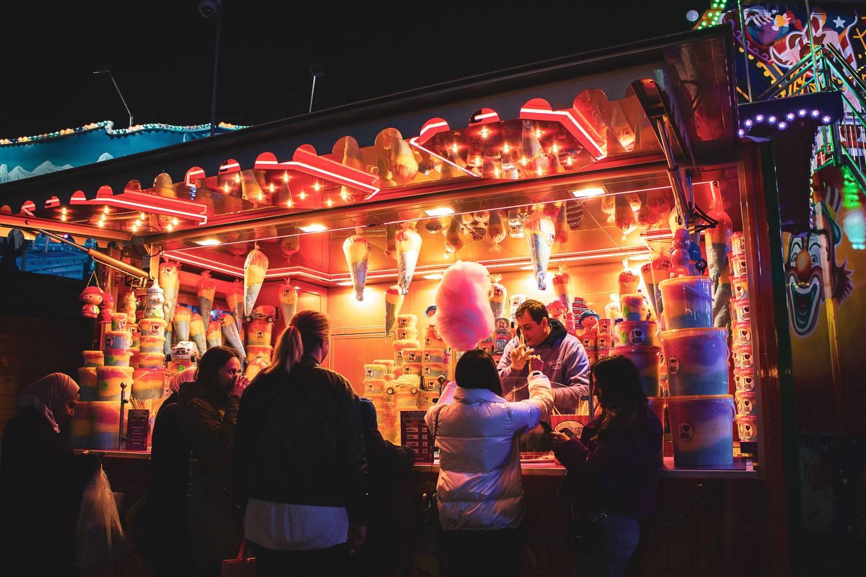 Abbildung eines Stands mit Zuckerwatte beim Winter Wonderland im Hyde Park, London.