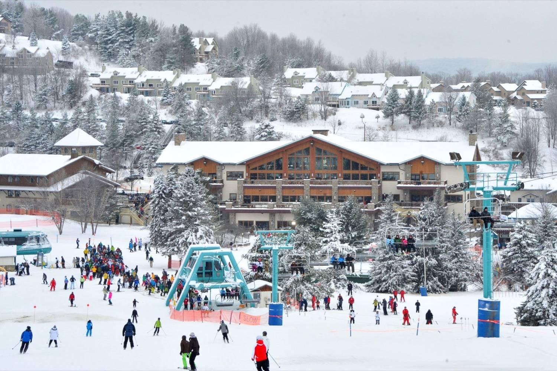 Abbildung einer Skihütte in den Bergen und Menschen, die Ski fahren. (Foto: Holiday Valley Resort)