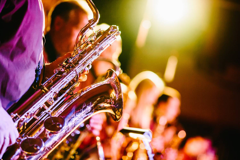 Abbildung von Musikern mit Saxophonen, die Jazzmusik spielen. (Foto: Unsplash)