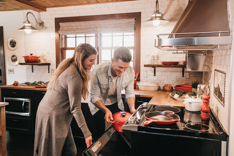 Bild eines Paares, das in seiner möblierten Wohnung kocht.