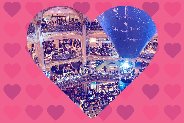 Abbildung der Mitte des Einkaufszentrums Galeries Lafayette in Paris mit kunstvoller Architektur. (Foto: Sergey Galyonkin) [CC BY-SA (https-//creativecommons.org/licenses/by-sa/2.0)]