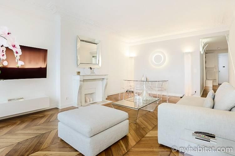 Abbildung des komplett weißen Wohnzimmers der Pariser 3-Zimmer-Ferienwohnung (PA-4726) in Les Halles.