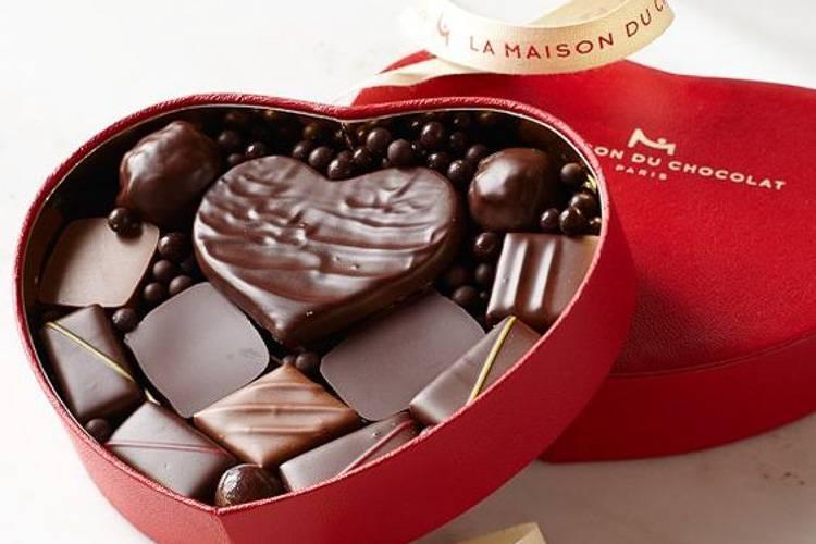Abbildung einer herzförmigen Schachtel mit Pralinen von Maison du Chocolat und einer Schleife. (Foto: www.williams-sonoma.com)