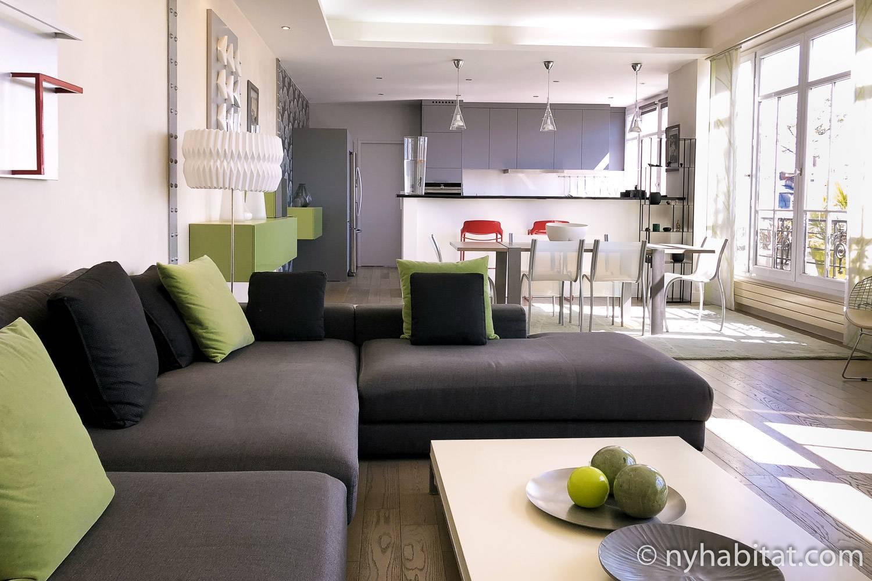 Bild des Wohnzimmers der Ferienwohnung PA-4781 in Le Marais, Paris, mit Küche und Esstisch im Hintergrund