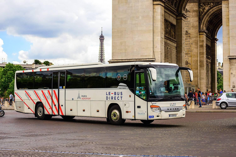 Bild des Flughafen-Busses in Paris mit dem Triumphbogen im Hintergrund