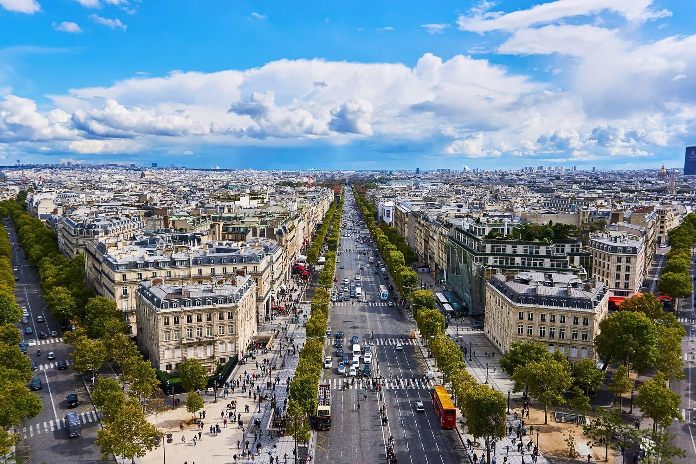 Luftbild der weiten von Bäumen gesäumten Avenue des Champs Élysées in Paris