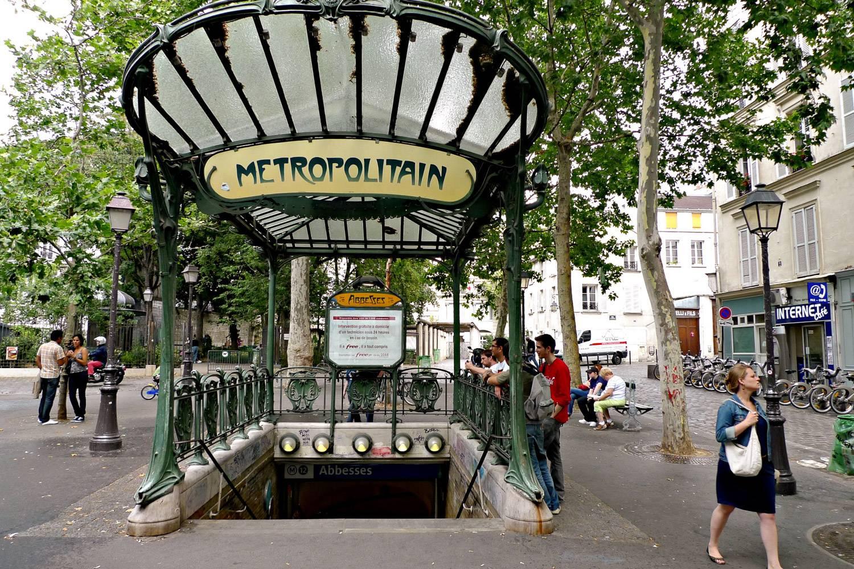 Bild des Eingangs zur U-Bahnstation in Paris mit Treppen, die nach unten führen